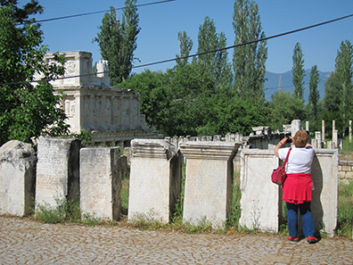 Fence of inscriptions. Photo: KW.