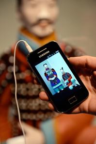 Der Audioguide kann als App bereits zuhause auf das Smartphone geladen werden. Die App führt in Deutsch, Französisch, Englisch oder Italienisch durch die Ausstellung und ergänzt die visuellen Eindrücke mit diesem Hörerlebnis. © Bernisches Historisches Museum, Bern. Foto: Christine Moor.