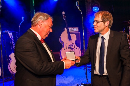 Der erste deutsche Präsident, Arne Kirsch, übergibt einem der Veranstalter des 62. I.A.P.N. Kongresses, Manfred Höhn, die Ehrenmedaille der I.A.P.N.