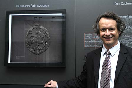 Mag. Karl Peitler, head of the coin cabinett at Joanneum, presents the exhibition. © UMC.