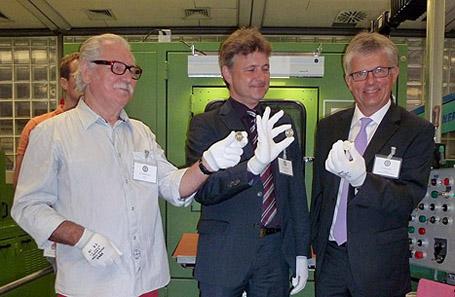 Die Spiegelglanzprägung. Von links nach rechts: Künstler Othmar Kukula, Oberbürgermeister Dr. Frank Mentrup, Münzleiter Dr. Peter Huber. Foto: Marco Müller.