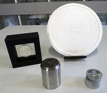 Kunstharzmodell, geprägte Münze, Patrize zur Herstellung des Prägestempels und fertiger Prägestempel zur 10-Euro-Gedenkmünze