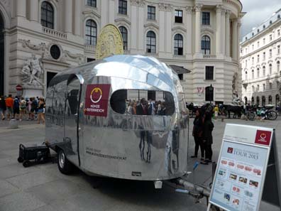 Das stylische Promotionfahrzeug der Münze Österreich auf dem Michaelerplatz.