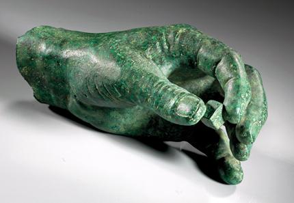 920: Hand mit Spielwürfel. Fragment einer lebensgroßen Bronzestatue. Römisch, kaiserzeitlich. Aus österreichischer Sammlung. Schätzpreis: 7.500 Euro.