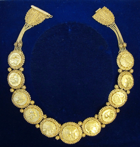 466: Greek coins. Gold necklace with coins for Elisabeth, Queen of Greece, manufactured in the 1920s. From auction sale Platt, Paris, 26th November 1975, no. 135. Estimate: 25,000 Euros.