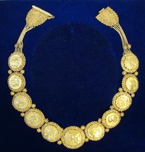 466: Griechen. Goldenes Münzcollier für die griechische Königin Elisabeth, angefertigt in den 1920er Jahren. Aus Auktion Platt, Paris, 26. November 1975, Nr. 135. Taxe: 25.000 Euro.