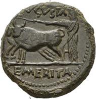 5: Augustus, 27 v.-14 n. Chr. Bronze. Silenskopf von vorn, im Bart kleine Amphora / Priester hinter Pflug mit Joch Ochsen. Guadan 988; RPC 11. 8,66 g. Sehr selten.