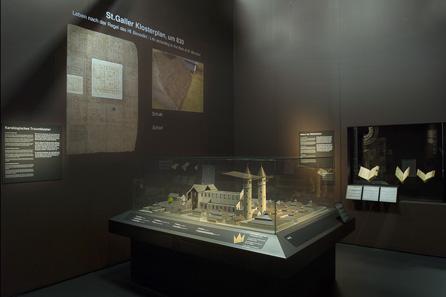 Blick in die Ausstellung, im Vordergrund ein Modell des 19. Jahrhunderts, wie man sich eine mittelalterliche Umsetzung des St. Galler Klosterplans vorstellte. Foto: Schweizerisches Nationalmuseum.