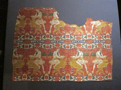 Silk cloth from the Chur cathedral, made in Byzantium or Syria at the end of the eighth or the beginning of the ninth century. Domschatz Chur. Photo: UK.