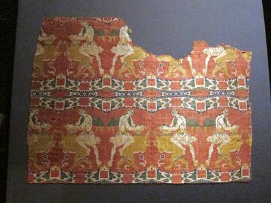 Seidenstoff aus der Kathedrale von Chur, hergestellt in Byzanz oder Syrien, Ende 8. / Anfang 9. Jh. Domschatz Chur. Foto: UK.