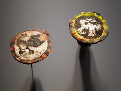 Chimú / Peru. Earlobe disks with feather motifs. Photo: KW.