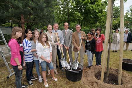 Von links nach rechts pflanzen hier die Eiche: Anja Naujokat, Wolfgang Ismer,  Dr. Andreas Schikora und Heinz Hoyer.
