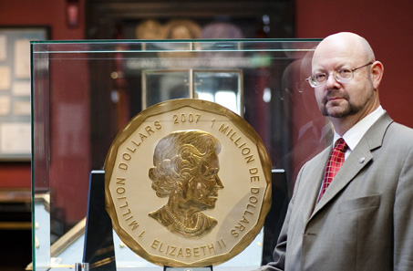 Michael Beckers, numismatist of Vienna's Dorotheum, and the world's largest gold coin. © Dorotheum.