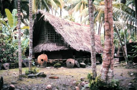 Yap-Steine vor einem Gemeinschaftshaus. Foto: Dr. James P. McVey, NOAA Sea Grant Program. http://www.photolib.noaa.gov/htmls/mvey0120.htm