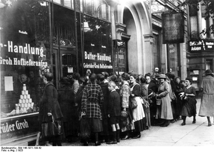 Clients lining up before the butter shop of the Groh brothers in Berlin. Photo: Bundesarchiv, Bild 146-1971-109-42 // CC-BY-SA.