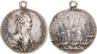 577: Katharina II. Tragbare AR-Medaille auf die Vernichtung der osmanischen Flotte bei Cesme durch die russische Flotte unter General Orlof. 1770. Ausruf: 1.500 Euro. Zuschlag: 11.000 Euro.
