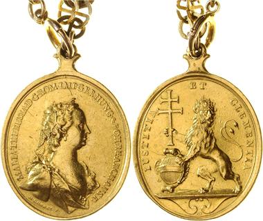 964: Maria Theresia. Hochovale Gnadenmedaille im Gewicht von ca. 14 Dukaten an alter Goldkette. Medailleur M. Donner. Ausruf: 10.000 Euro. Zuschlag: 10.000 Euro.