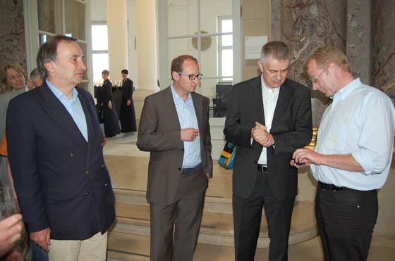 Stefan Sonntag, Ulrich Künker, Bernd Kluge und Christian Stoess, von l. n. r., unterhalten sich im Bode-Museum über die Neuzugänge für das Berliner Münzkabinett. Foto: Caspar.