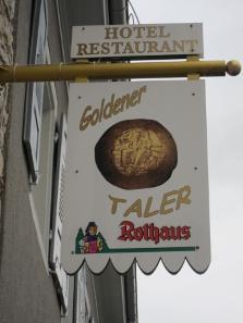 The inn sign of the golden thaler. Photo: UK.