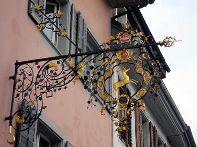 Wirtshausschild des Gasthauses zum Hirschen. Foto: KW.