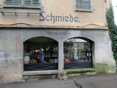 Öffentliche Waage, heute ein Kleiderladen. Foto: KW.