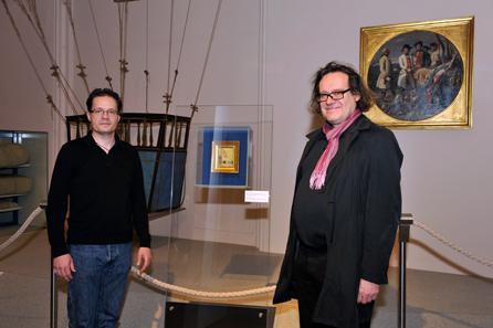 Dr. Walter Kalina (HGM/Leiter Referat Kunst) und Checo Sterneck (Architekt), nach Aufstellung der Vitrine der Firma Bruckschwaiger (v.l.n.r.). Foto: HGM/M. Litscher.