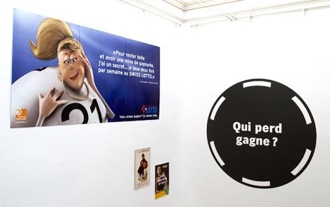 Plakate und Illustrationen zeigen Gewinner und Verlierer des Glücksspiels.