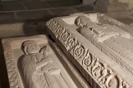 Stiftergrab des Klosters zu Allerheiligen, Schaffhausen. Relief aus Sandstein, um 1100. Museum zu Allerheiligen, Schaffhausen.