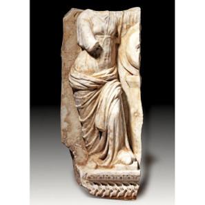 34: OBJEKTE AUS STEIN. Langgewandte Göttin, wohl Athena-Minerva oder Roma. Taxe: 14.500 Euro.