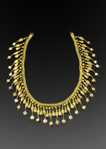 726: ANTIKER SCHMUCK. Kollier. Bestehend aus 4 filigranen, miteinander verbundenen Goldketten, die aus winzigen Golddrahtgliedern bestehen. Taxe: 15.000 Euro.
