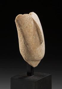 1080: IDOLE - AMULETTE. Kopf eines Idols vom späten Spedos-Typus. Marmor. Langgezogene Nase. Kykladen, ca. 2700-2300. H. 8,1 cm. Auf Sockel. Taxe: 20.000 Euro.