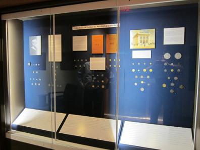 Einige Vitrinen ermöglichen kleine Ausstellungen. Foto: UK.