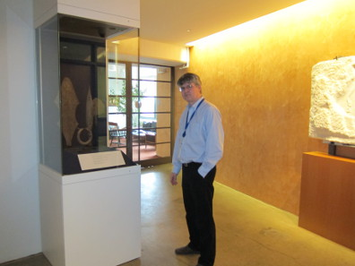 Andrew Meadows zeigt uns eine der jüngsten Stiftungen: Alan Helms schenkte 2012 der ANS seine Sammlung von afrikanischem Eisengeld. Foto: UK.