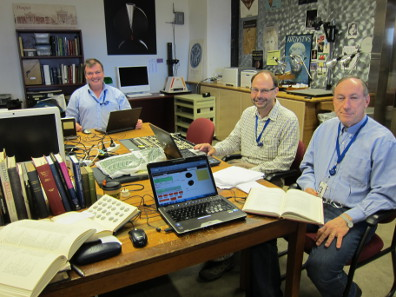 Kenneth Sheedy, Damian Gore und Gil Davis nehmen die Münzen der ANS für ein Korpus der frühen Münzprägung Athens auf. Foto: UK.