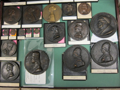 Ein Blick auf ein Tablett mit Renaissance-Medaillen. Foto: UK.
