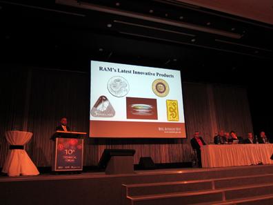 Dr. Prabir De stellt die Produkte der Royal Australian Mint vor. Foto: UK.