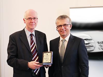 Münzleiter Dr. Peter Huber (re.) überreichte dem Vorsitzenden der Heinrich-Hertz-Gesellschaft Herrn Prof. Dr.-Ing. Volker Krebs (li.) eine Hochrelief-Medaille.