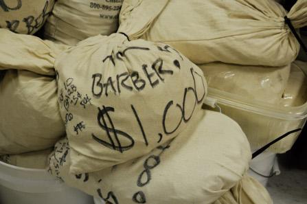 Mehrere Beutel sind ausschließlich mit Barber Quarters oder anderen Nominalen gefüllt.