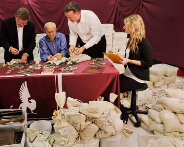 Experten von Stack's Bowers Galleries sind damit beschäftigt, das gesamte Material zu sortieren, bevor sie einzelne Stücke auf Auktionen verteilen.