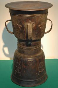 Sanduhrförmige Bronzetrommel, genannt Moko, Alor, Indonesien. Museum der Weltkulturen, Frankfurt a.M. / Wolfgang Günzel.