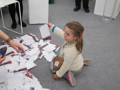 Die kleine Glücksfee zieht den Hauptgewinn aus mehr als 500 Teilnehmern. Foto: KW.