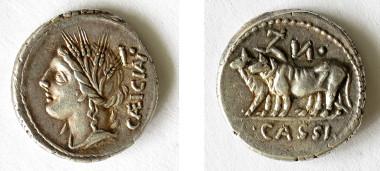 Ein Denar von 102 v. Chr. zeigt Ceres, die Göttin des Getreideanbaus, und ein Ochsengespann beim Ziehen der heiligen Erstlingsfurche (A 1125).