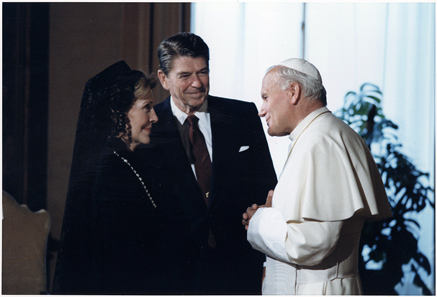 US-Präsident Ronald Reagan und seine Ehefrau treffen Johannes Paul II. im Vatikan, 1982. Foto: U.S. National Archives and Records Administration.