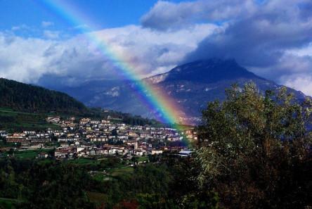 Obwohl die in Brentonico 1827 entdeckten Regenbogenschüsselchen verschollen waren, verblieb die Sage, dass der Regenbogen diese verursacht hätte. Quelle: Bürgerblog Brentonico.