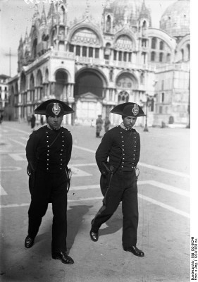 Carabinieri in Venice in 1924. Source: German Federal Archive/ http://creativecommons.org/licenses/by-sa/3.0/de/deed.en.
