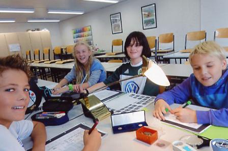 Die Schülerinnen und Schüler tragen erst Informationen zusammen und testen später ihr neu erworbenes Wissen an Arbeitsblättern.