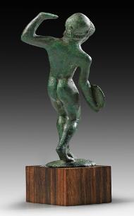 33: Discobolus. Etruscan, 2nd quarter 5th cent. B. C. Solid cast bronze. Height: 8 cm. Estimate: 55,000 euros.