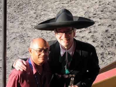 Schuler Pressen GmbH lud zum Abschiedsabend ein. Hier vertritt Dieter Merkle im traditionellen Kostüm des mexikanischen Charros die Firma. An seiner Seite Prabir De, Leiter des Technischen Komitees der MDC. Foto: UK.