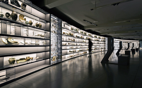 smac: State Museum of Archaeology Chemnitz, panorama wall with everyday objects / Photo: Michael Jungblut.