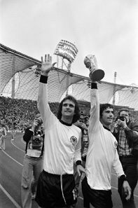Rechts Gerd Müller mit dem Weltmeisterpokal 1974. NL-HaNA, ANEFO / http://creativecommons.org/licenses/by-sa/3.0/deed.en)